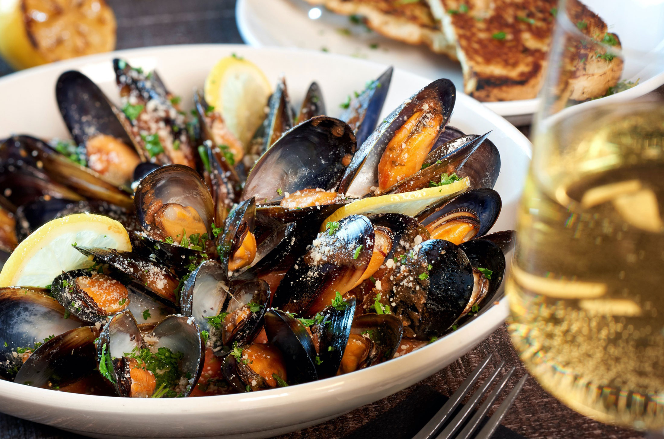 aaronvan_food_photography_whiskey_mussels